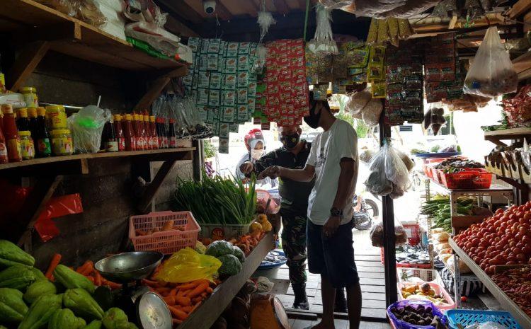 Jelang Natal Dan Tahun Baru, Babinsa Tenggarong Turun Ke Pasar Tradisional Cek Harga Sembako