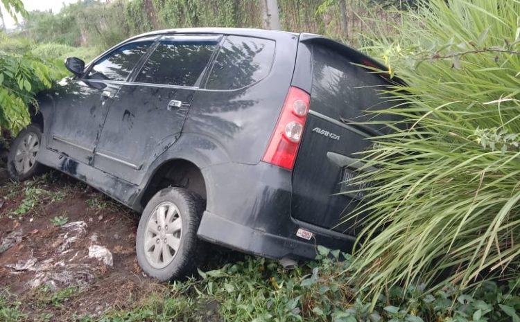Diduga mengantuk, Mobil Toyota Avanza Masuk Parit, 1 Orang Luka