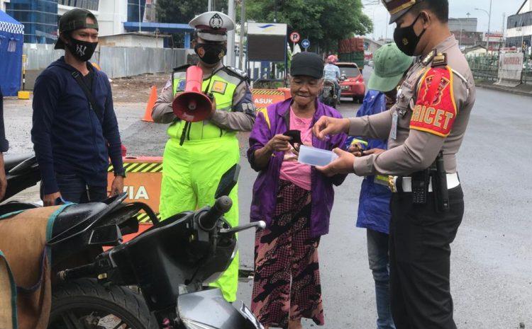 Ditlantas Polda Banten Lakukan Pendisiplinan Masyarakat Terhadap Prokes Di Pelabuhan Merak