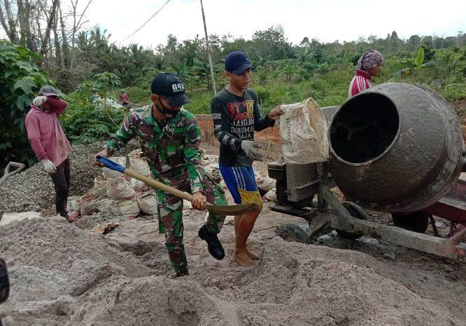 Semangat Gotong Royong, Satgas Pamtas Yonif 642/Kapuas Bersama Warga Bangun Jalan Desa