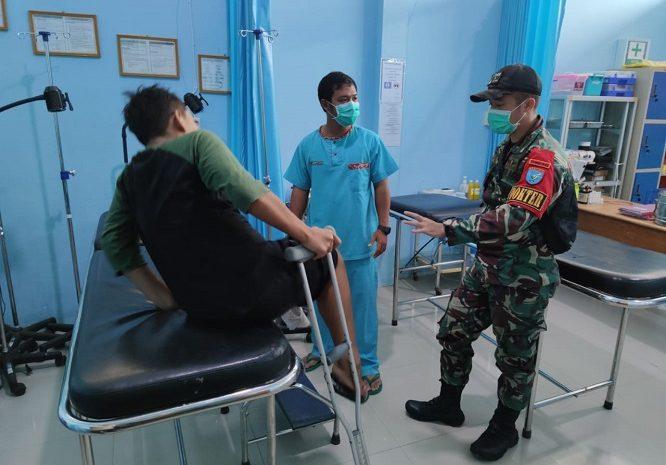 Dokter Satgas Yonif 642/Kapuas Bantu Evakuasi Warga Yang Sakit Kefasilitas Kesehatan Terdekat