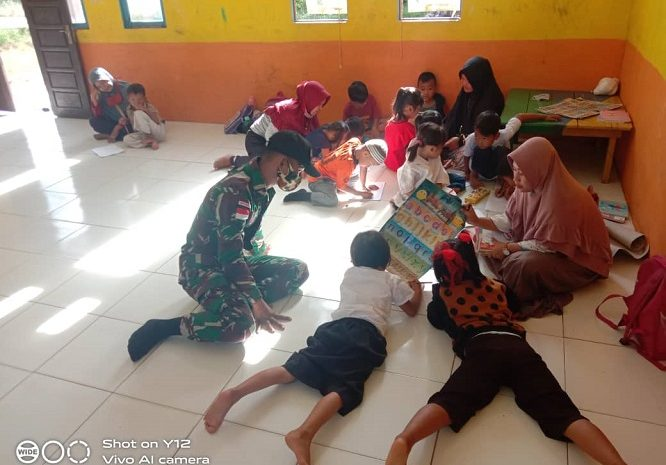 Bantu Guru Perbatasan, Satgas Pamtas Yonif 642/Kapuas Ajari Siswa