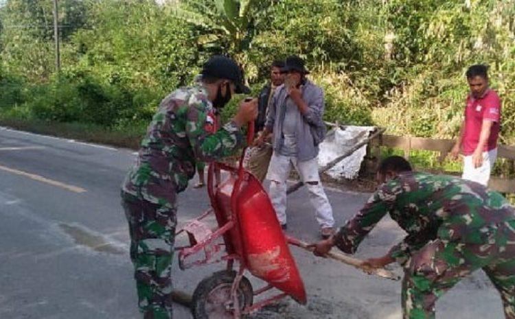 Antisipasi Kecelakaan, Satgas Yonif 642 Perbaiki Jalan Berlubang Bersama Warga