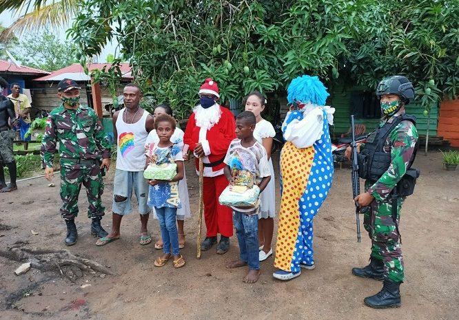 Prajurit Satgas Yonif 125/Simbisa Bersama Sinterklas Bagikan Kado Natal