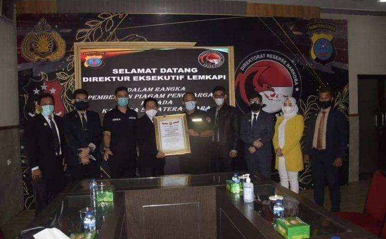 Kapolda Sumut Terima Piagam Penghargaan Trust Award Dari LEMKAPI