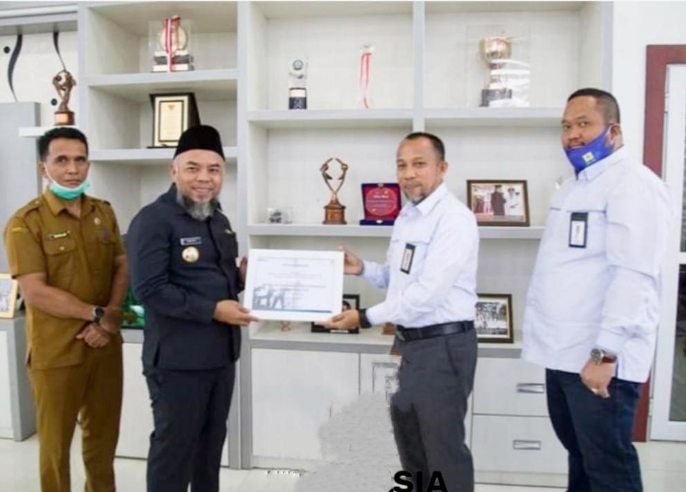 PT.PLN UP3 Menyerahkan Penghargaan Reward Kepada Bupati Labuhanbatu