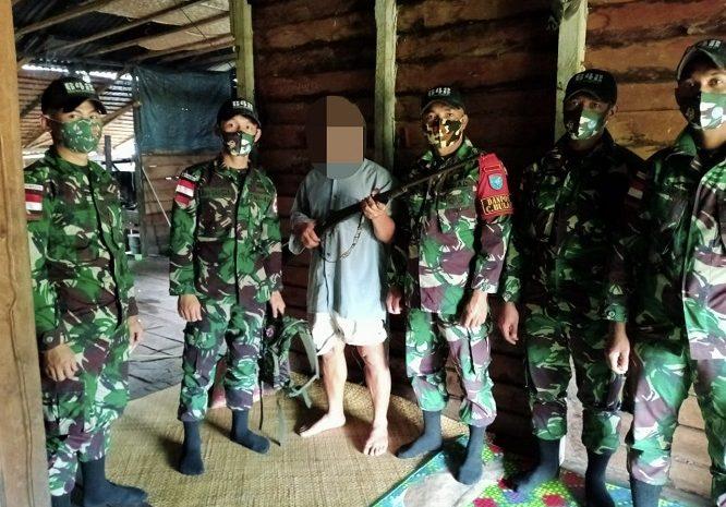 Dalam Satu Hari, Satgas Yonif 642/Kapuas TerimaTigaPucuk Senjata Api Dari Warga Perbatasan