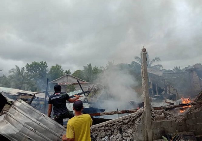 Aksi Cepat Tanggap Personel SatgasPamtasYonif 642/Kapuas Padamkan Kebakaran Rumah Warga