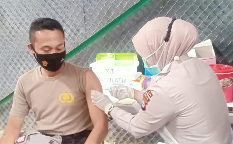 Dukung Program Pemerintah, Personel Brimob Banten Di Vaksin