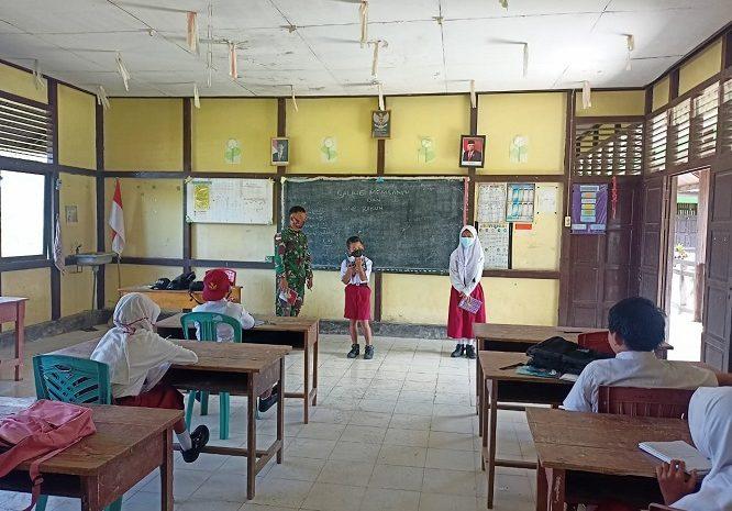Hadir Di Perbatasan, Satgas Yonif 642/Kapuas Bantu Mengajar Siswa SDN 06 Jagoi Babang