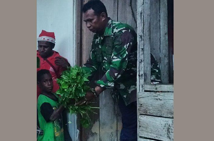 Bantu TNI Manunggal Membangun Desa, Warga Distrik Kawagit Berikan Hasil Kebun