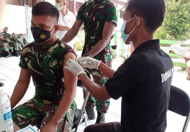 Prajurit TNI Satgas Pamtas Yonif 131/Brs Laksanakan Vaksinasi Covid-19