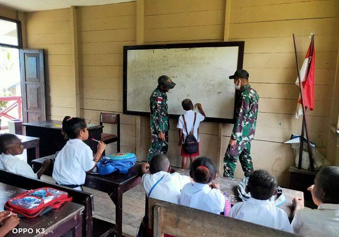 Satgas Pamtas Yonif 131/Braja Sakti Bantu Tenaga Pendidik Di SD Kampung Kibay