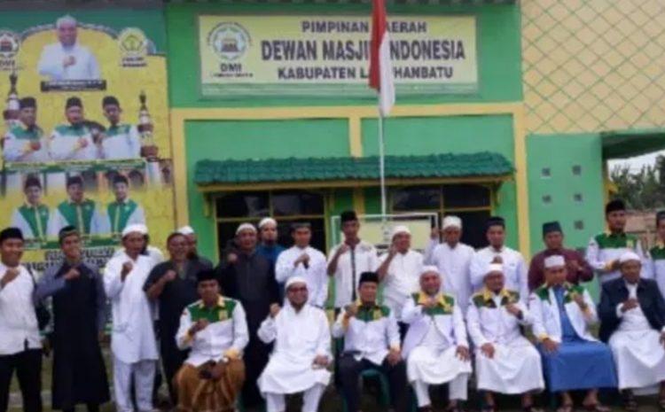 Dewan Pembina DMI Labuhabatu Serahkan Sertifikat Wakaf Masjid Nahdhatul Muslimin