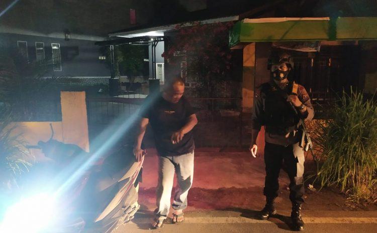 Personil Brimob Polda Sumut Bantu Korban Kecelakaan Tunggal di Dekat Makobrimob