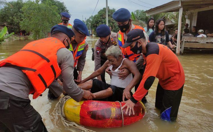 Personil Brimob Polda Riau Giat Evakuasi dan Patroli Bencana di Desa Penyaguhan