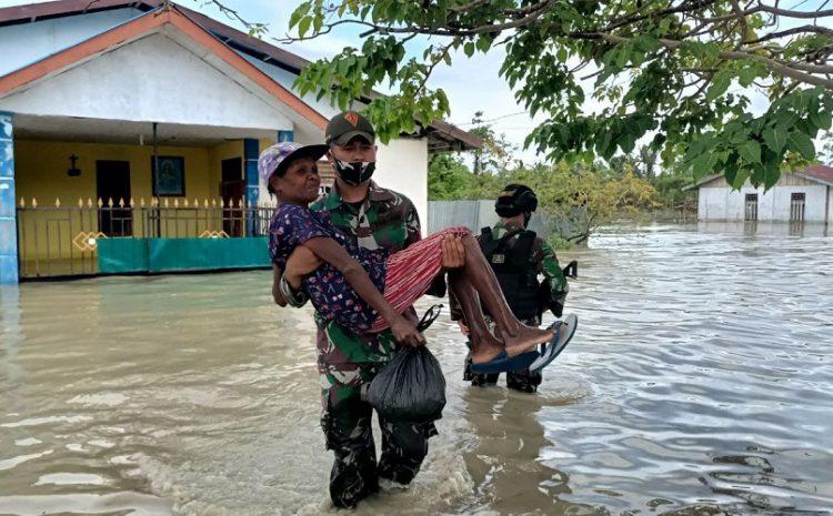 TNI Bantu Warga Terdampak Banjir Di Kampung Arso Papua