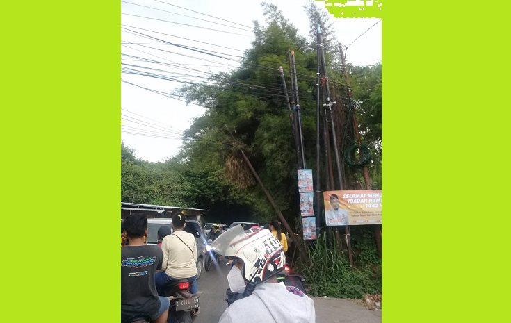 Tunggak Listrik Nyaris Roboh Dipertigaan Jalan Parakan Kota Tangsel