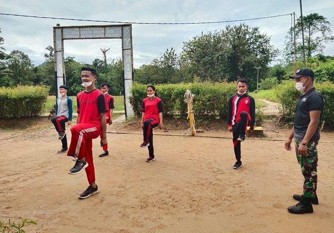 Tingkatkan Kemampuan Baris-Berbaris, Satgas Pamtas Yonif 642 Latih PBB Anggota Paskibraka Desa Siding