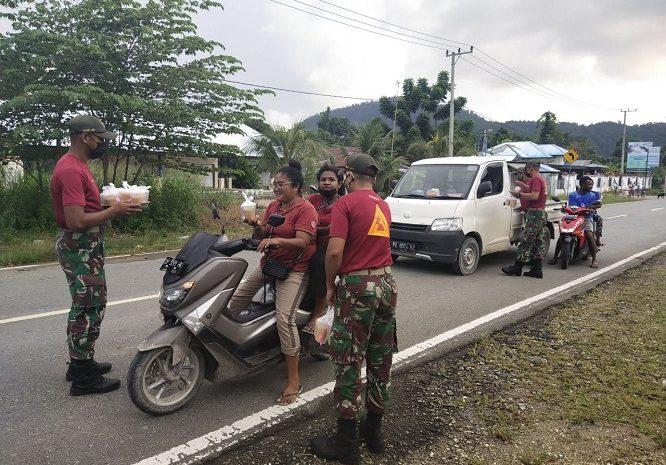 Prajurit Satgas Pamtas Yonif 131/Braja Sakti Bagikan Takjil Di Tapal Batas Papua