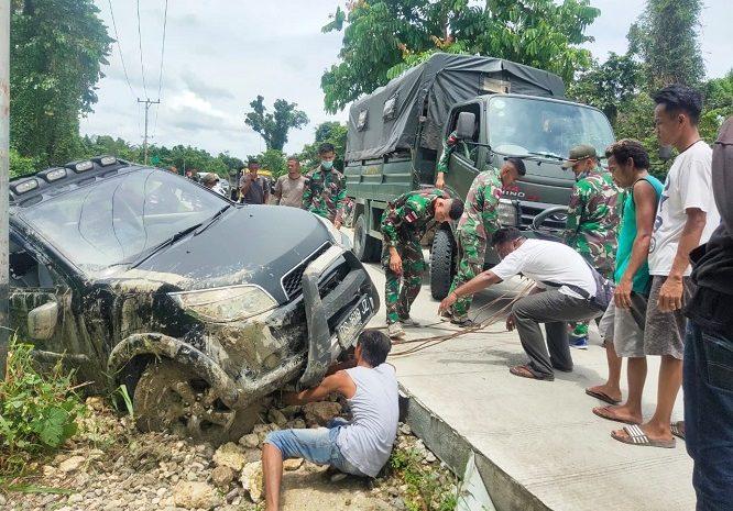 Personel Satgas Pamtas Yonif 131/Brs Bantu Evakuasi Mobil Warga Yang Terguling