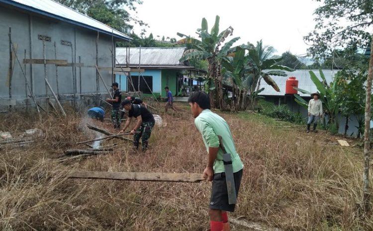 Dukung Fasilitas Pendidikan, Satgas Yonif 642Gotong Royong Bersama Warga Bangun WC PAUD