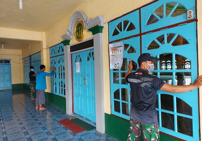 Wujudkan Kenyamanan Ibadah Dibulan Suci Ramadhan,Personel SatgasYonif 642 Bersama Warga Bersihkan Masjid