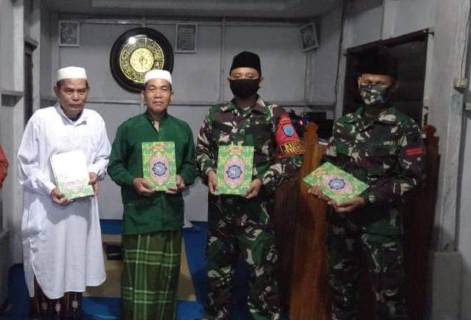 Tarawih Ramadhan, SatgasPamtasYonif 642Bagikan Al-Quran Kepada Warga