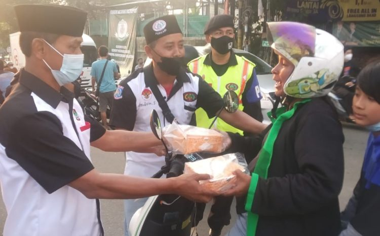 DPC Forkabi Pondok Aren Tangsel Bagikan 500 Takjil Untuk Pengguna Jalan