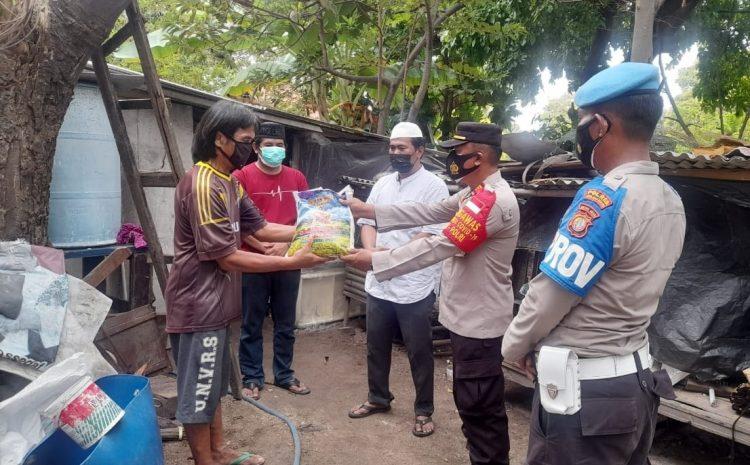Gandeng Tokoh Masyarakat, Polsek Kepulauan Seribu Selatan Salurkan Bansos ke Warga Terdampak PPKM Darurat
