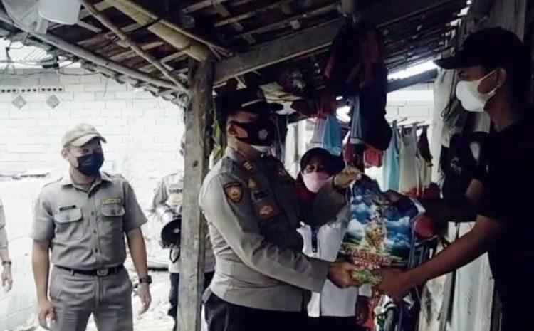 PPKM Darurat, Kapolsek Kepulauan Seribu Utara Bagikan Beras ke Warga di Slum Area Pulau Panggang dan Pulau Pramuka