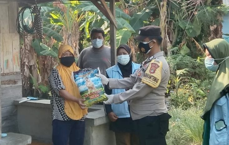 Polri Berbagi, Polsek Kepulauan Seribu Utara Serahkan Bansos Untuk 92 KK di Slum Area 4 Pulau Pemukiman