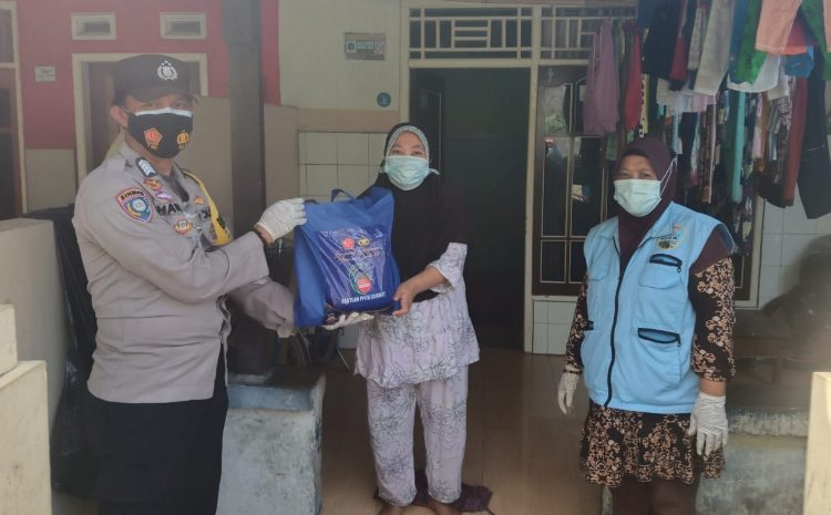 Polsek Kepulauan Seribu Utara Bagikan Bansos ke 15 KK Warga Slum Area Pulau Pramuka