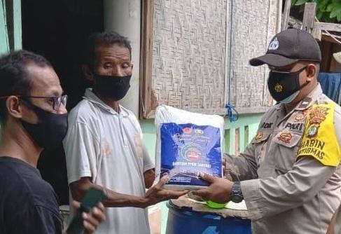 Bagikan Bansos, Polres Kepulauan Seribu Sambangi 10 KK Warga Terdampak Covid-19 di Pulau Harapan