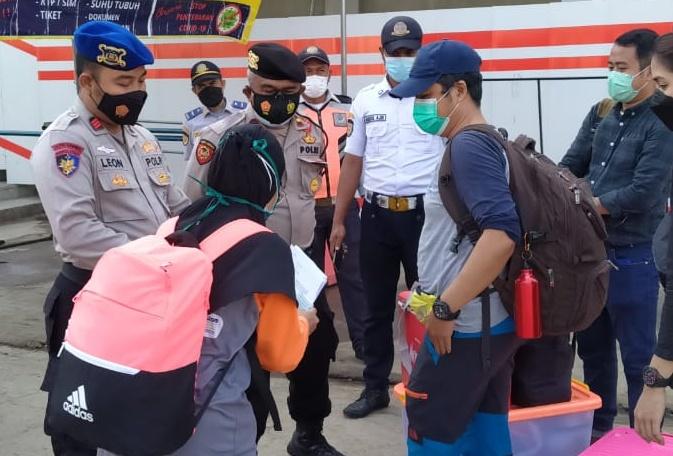 Polres Kepulauan Seribu Ketatkan ProKes dan Cek Sertifikat Vaksin Warga ke Pulau di Dermaga Keberangkatan
