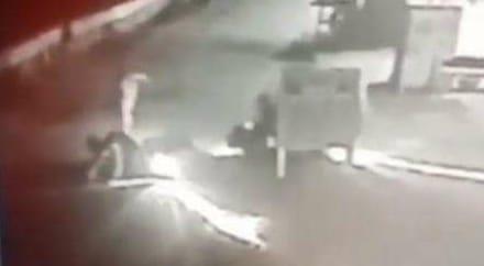 Terekam CCTV, Begal Bersenjata Clurit Merampas Sepeda Motor di Bekasi