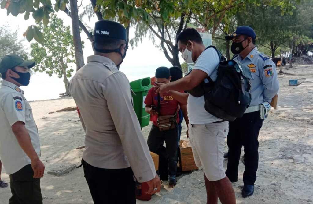 1 Dari 7 Pelanggar ProKes di Sanksi Kerja Sosial Oleh Tim Ops Yustisi Gabungan Polsek Kepulauan Seribu Selatan