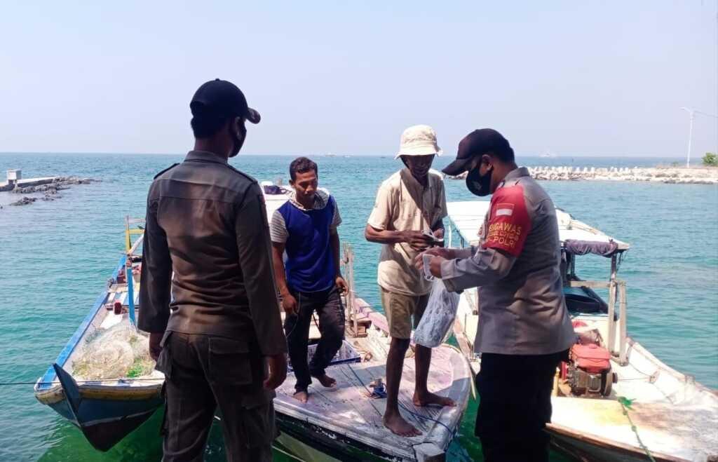 Polsek Kepulauan Seribu Selatan, Himbau ProKes dan Bagikan 250 Masker Ke Warga Nelayan Pulau Lancang