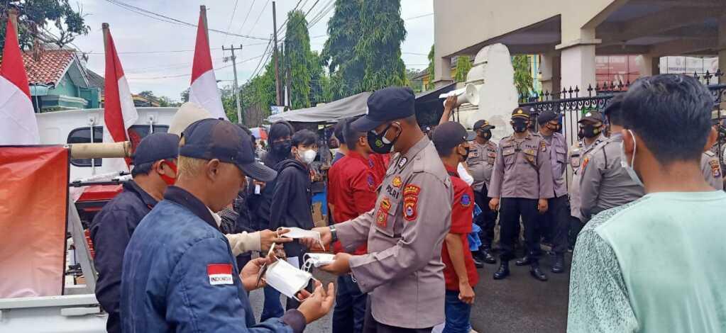 Aksi Unras DPD ARUN, Polres Serang Kota Polda Banten Awasi Prokes dan Bagikan Masker