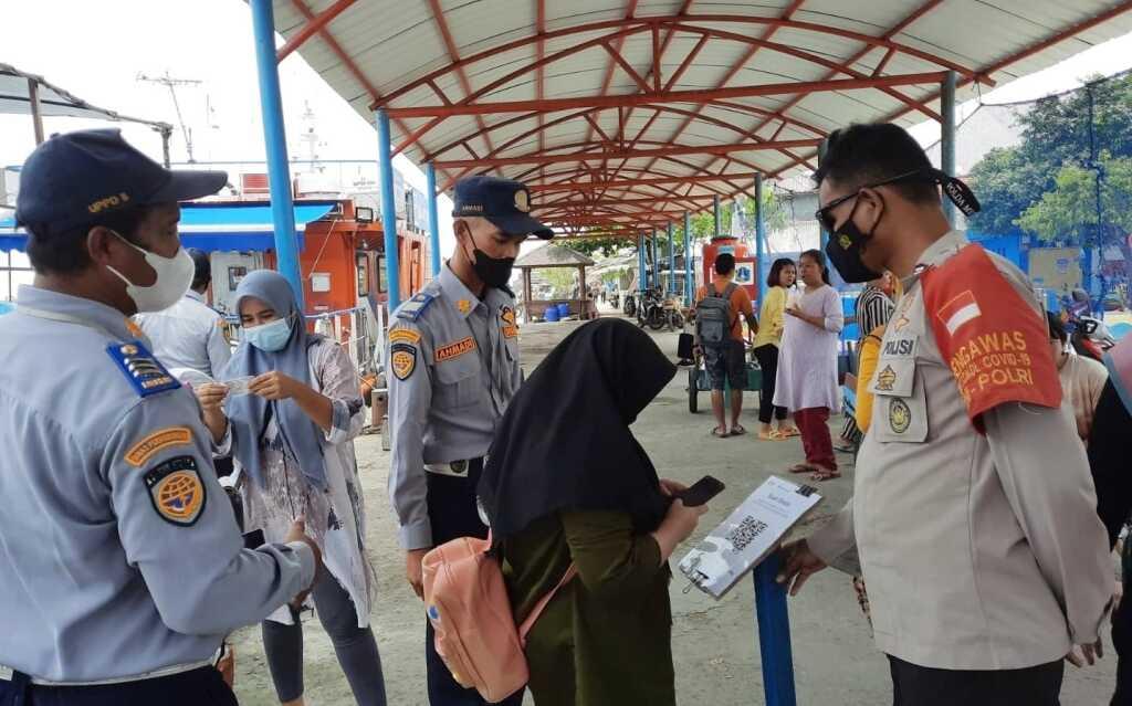 Dermaga Kedatangan Pulau Panggang Terapkan Scan Barcode Peduli Lindungi Warga Yang Baru Tiba