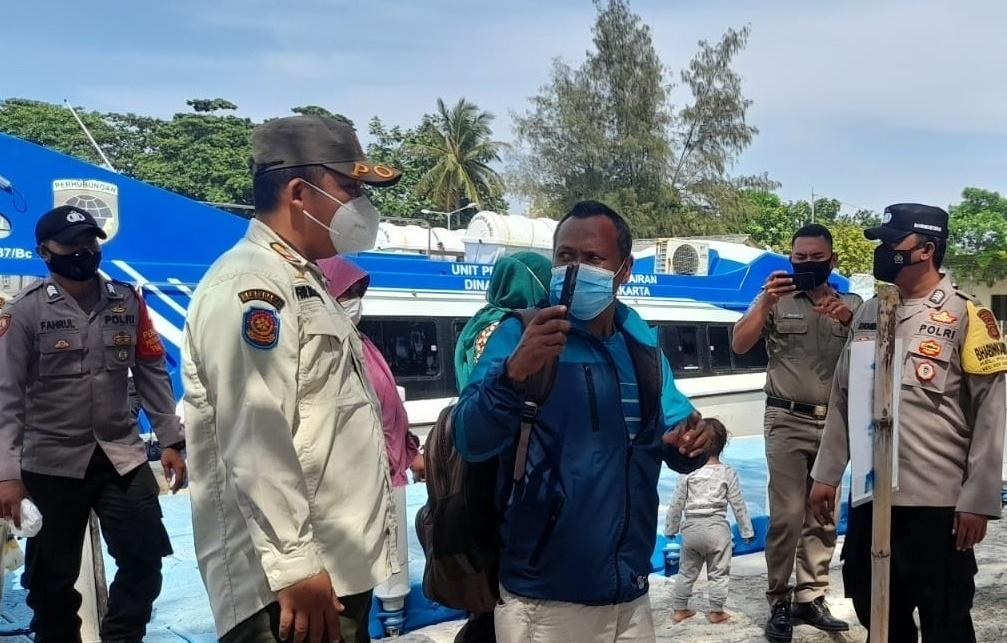 Di Dermaga Kedatangan Pulau Pari, Personel Polsek Kepulauan Seribu Selatan Pandu Warga Scan Barcode Peduli Lindungi
