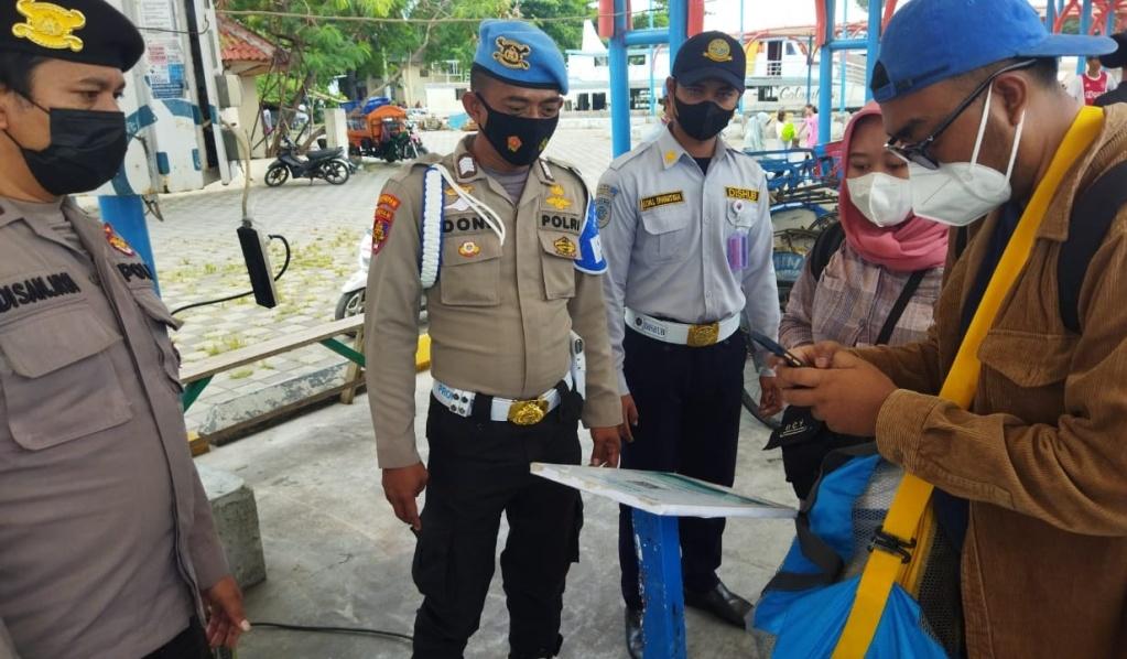Perketat Aturan ProKes, Polsek Kepulauan Seribu Utara Pandu Warga Tiba di Pulau Scan Barcode Peduli Lindungi